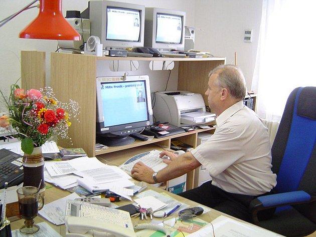 """Obec Šlapanov na Havlíčkobrodsku byla v minulosti  první vesnicí, která zavedla kabelovku. Předběhla tím dokonce i některá města. V současné době opět jako jedna z prvních umožňuje příjem digitálního vysílání a nabízí programové balíčky """"na míru""""."""