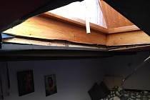 Červencová bouře poškodila střechu domu v Reynkově ulici a vytopila dva byty.