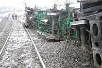 Vykolejily tři vagóny. Drážní inspekce předpokládá, že příčinou nehody byla technická závada na jednom z vozů. Na zem se vysypaly klády a hnojivo.