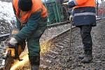 Pracovníci drah rozbrušovali úchytky držící kolej na pražcích.