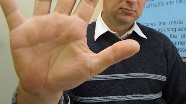 Plácnem si. Dlaň Petra Davida měří od zápěstí až po konec prostředníčku neuvěřitelných 24,3 centimetru.