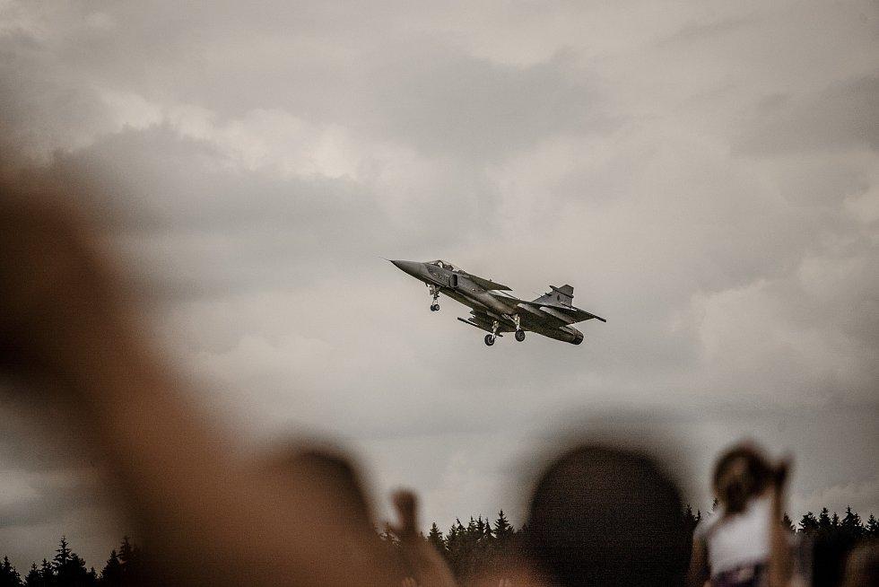 Nevyzbrojený armádní Gripen může ve vzduchu v průběhu exhibicí předvést téměř cokoliv kromě bojové činnosti. Ivo Kardoš je certifikovaný pilot přímo na tyto akce, a tak si diváci vychutnali i nízký průlet s vysunutým podvozkem.