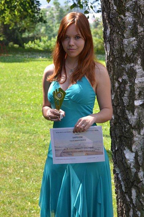 Lucie Hrochová s jednou ze svých mnoha cen z literárních soutěží. Na snímku s diplomem a cenou za druhé místo v celostátní literární soutěži mladých autorů, Zlatá tužka.