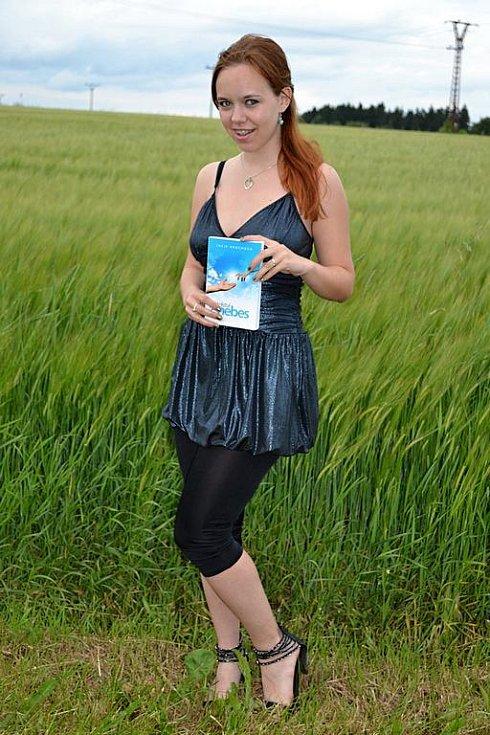 Lucie Hrochová se svojí první knihou Přátelství z nebes.