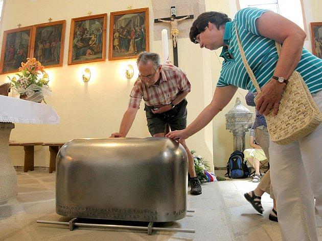 Ostatky kněze Josefa Toufara byly do hrobu v kostele uloženy letos 12. července.