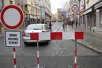 Zhruba pro roce čeká na řidiče, kteří projížďí Dolní ulicí v Havlíčkově brodě, další nepříjemné omezení. Od středy až do příštího čtvrtka se tudy kvůli pracem na opravách dvou přechodů pro chodce nedá projet.