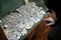 Letos v září byl nedaleko Humpolce nalezen unikátní poklad v podobě tři sta čtyřiceti jedné zlatých a stříbrných mincí.
