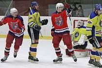 Hokejový Havlíčkův Brod (na archivním snímku z utkání s Kobrou v červeném) v novém roce ožil. Bruslaři v sobotu vyhráli již čtvrté utkání v řadě.