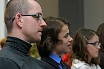 Hynek Bouchal se studenty, kteří před porotou obhajovali jeho nominaci na Zlatého Ámose. Oblíbený  učitel z brodského gymnázia postoupil mezi patnáct nejlepších.