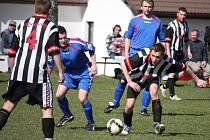 Potvrdit body chtějí v zápase s Lučicí fotbalisté Tisu (v černém), kteří si minule přivezli tři body z Košetic.