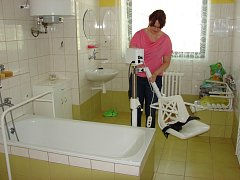 Vedoucí pečovatelské služby Markéta Dvořáková ukazuje vybavení osobní hygieny.
