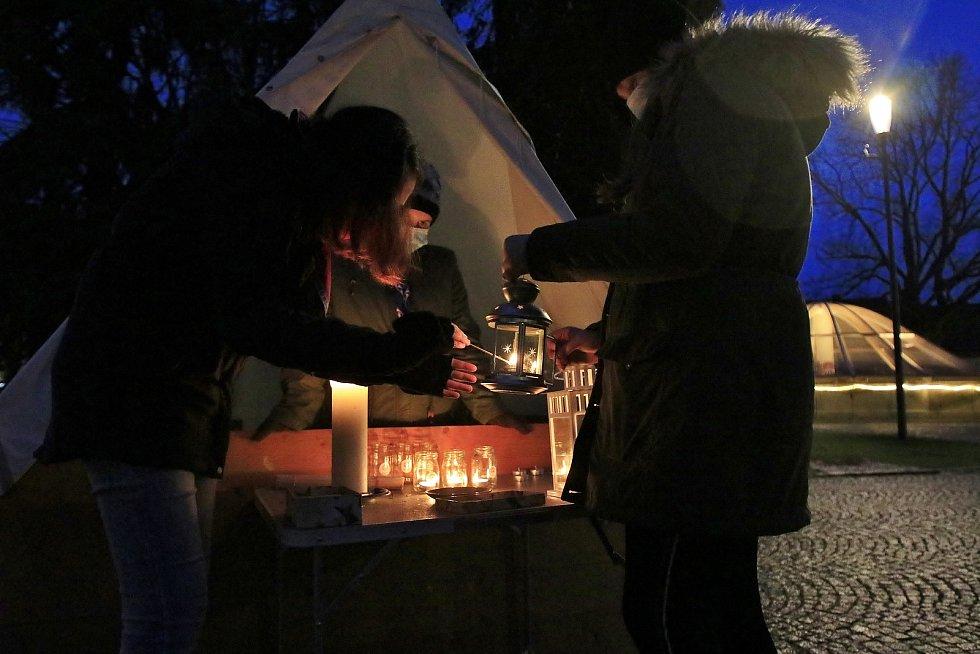 Rozdávání Betlémského světla na náměstí v Chotěboři.