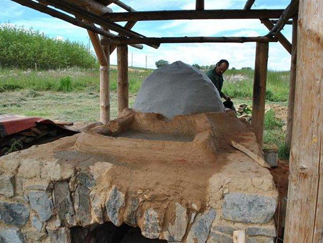 Replika sklářské pece na Vlkovsku v současnosti prochází rekonstrukcí. V září tu opět proběhne fritování, tavení a foukání skla.