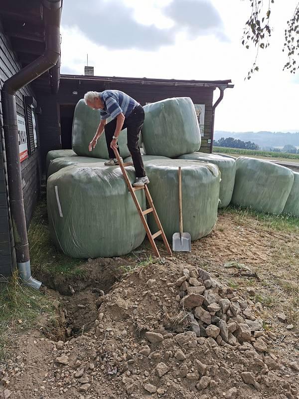 Farmář Miroslav Hrtús zastavěl chatu Lyžaře HB senážními balíky.