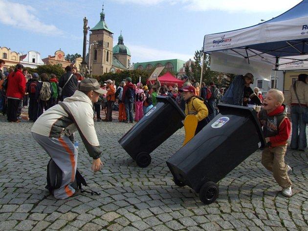 Malým závodníkům nechyběl ani startér. Odpadovou olympiádu si děti z Havlíčkobrodských škol opravdu užily.