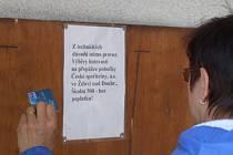 Vzkaz pro klienty. Dřevěné bednění místo bankomatu čeká na příchozí v přístavku ždíreckého kina. Do těchto míst se zařízení pravděpodobně už nevrátí.