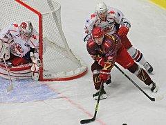 Body veze Brod. Jihlavským hokejistům (v červeném) se v letošní sezoně na Rebely nedaří. Dvakrát s nimi prohráli už v přípravě a nestačili na ně ani včera.