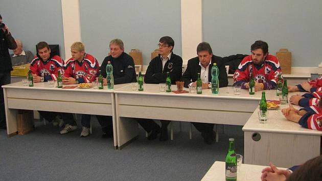 Milan Nedvěd (druhý zprava) při setkání na brodské radnici