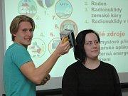 Na snímku jsou studenti Simona Lykešová a Daniel Hodboď při pokusu s dozimetrem.