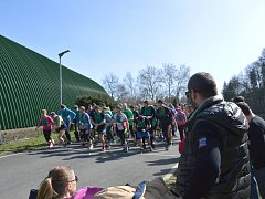 Běžci se na trať vedené po světelské cyklostezce vydali u tenisových kurtů.