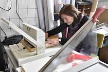 Knihařskou a šicí dílnu provozuje Semitam čtyři roky. Na snímku je jeho zakladatelka a vedoucí Martina Kadlecová. Pracovníci ve firmě vyrábějí ručně reklamní předměty, diáře, záznamníky a třebai obecní kroniky. Firma si na svůj chod musí vydělat.