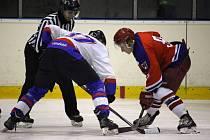 Chotěbořští hokejisté (v bílém) odjeli z brodské Kotliny s porážkou 6:1.
