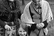 Dvě genrace. Při společném fotografování se děti i senioři oblékli do dobových kostýmů.