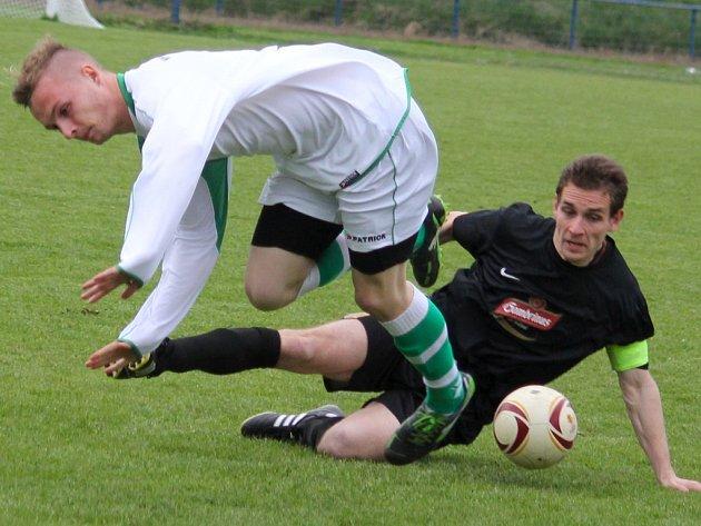 Čtrnáct sezon má v A-týmu brodského Slovanu odehráno kapitán Petr Novotný (v tmavém) a dvakrát slavil s ním postup  do divize. Nyní si vzal čas na rozmyšlenou, kam dál povedou jeho fotbalové kroky.