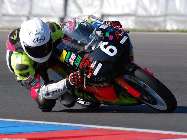 Brodský motocyklový jezdec Michal Prášek (na snímku) skvěle vstoupil do nové sezony. Na maďarském Hungaroringu vyhrál první závod mistrovství ČR v kategorii 125 GP, vAlpsko–jadranském šampionátu skončil druhý.