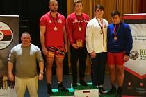 Marcelu Albinimu (v bílém) se houpe na krku bronzová medaile.