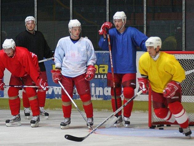 Konečně na ledě! Havlíčkobrodští hokejisté (vpravo Vladislav Kubeš) v neděli večer poprvé obuli brusle.