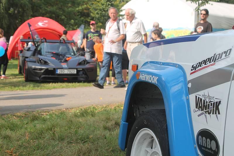 Kontrast historické Lady FTVS a moderního okruhového speciálu KTM.