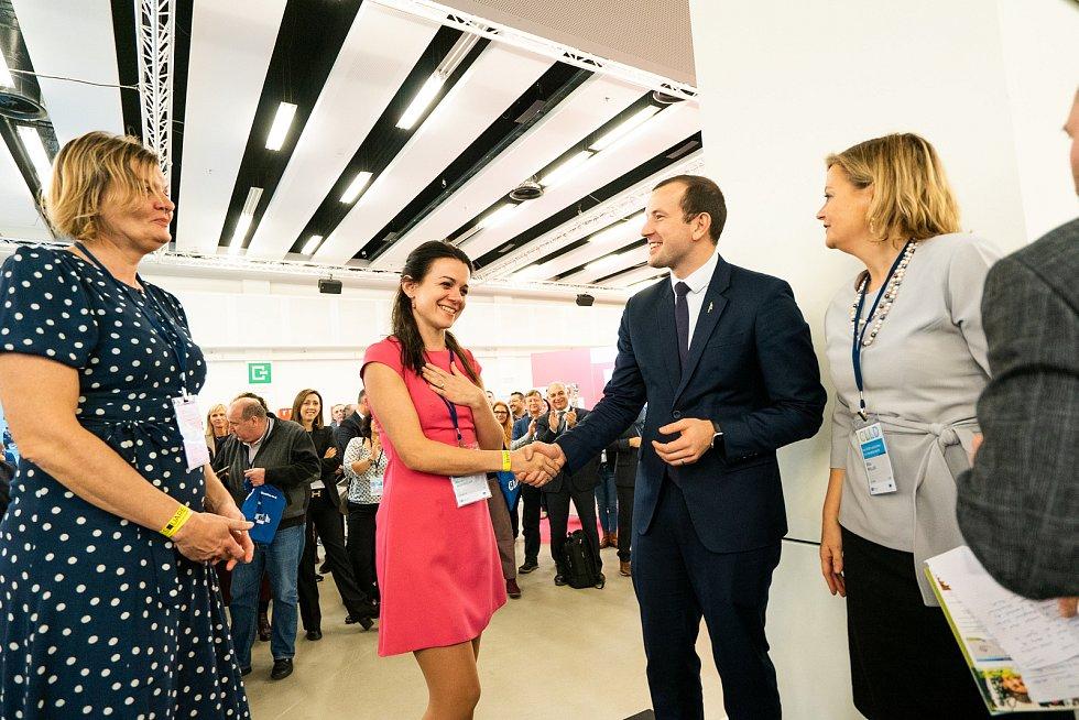 Majitelka obchodu Hana Nováková a zástupkyně místní akční skupiny Podhůří Železných hor Jaromíra Valehrachová projekt představily  v Bruselu.
