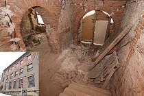 Hotel Klusáček se pyšnil dlouholetou historií a v minulosti byl vyhledávaným společenským centrem Přibyslavi. Ale jen do chvíle, kdy se roztočil restituční kolotoč. Majitelé nemovitosti se o jeho zvelebení nestarali a nechali ho zdevastovat.