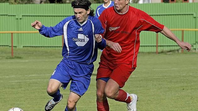 Fotbalový obojživelník Roman Mareš (na snímku vlevo) toho ve ždíreckém dresu na jaře moc neodehrál. Důvodem jeho časté nepřítomnosti byly futsalové povinnosti v dresu mistrovského týmu ERA–PACK Chrudim.
