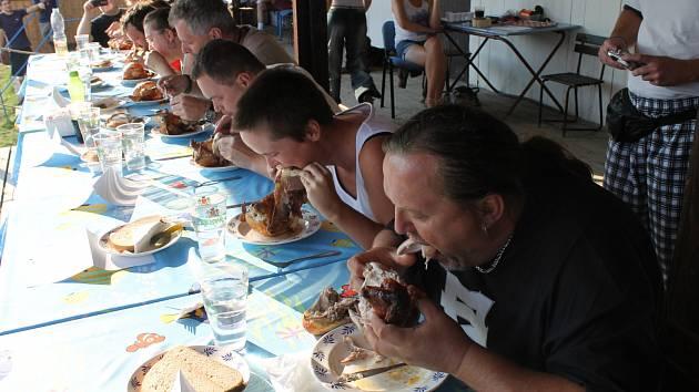 JEDLÍCI. Do grilovaných kuřat se s vervou pustilo osm soutěžících. Tomáš Bajt (zcela vpravo) byl třetí, za tři minuty spořádal 750 gramů. Nestačil ale na vítěze Jaroslava Němce (třetí zprava), který  dokázal sníst 855 gramů masa.