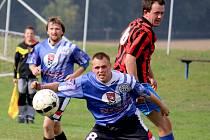 To jsou ve III. třídě fotbalisté České Bělé (v modrém), kteří se usadili na čele tabulky s plným počtem bodů a se skórem 9:0.