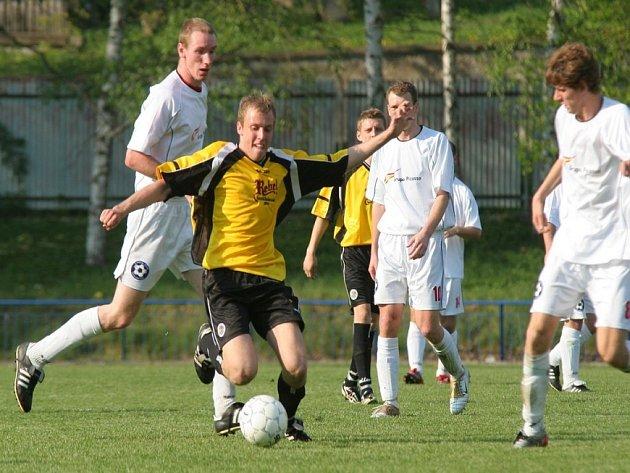 Postup je blízko. Fotbalisté havlíčkobrodského Slovanu (u míče Martin Pertl) jsou krůček od postupu do divize. Ke splnění cíle jim stačí být stoprocentní ve zbývajících třech zápasech v domácím prostředí.
