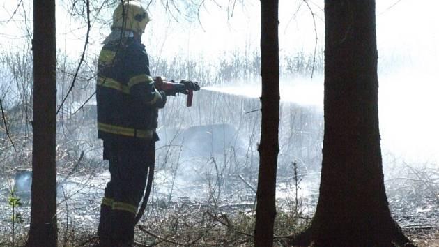 Zapálil trávu. Už podruhé během několika dní museli havlíčkobrodští hasiči likvidovat požár, který někdo úmyslně zapálil.