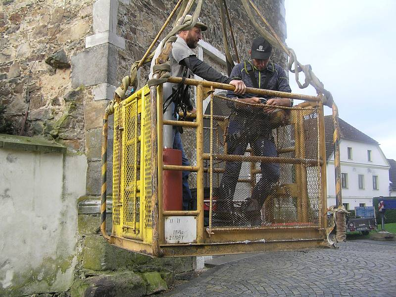 Tak vypadal návrat kříže na věž přibyslavského kostela.