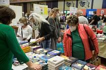 Návštěvníci Podzimního knižního veletrhu v Havlíčkově Brodě.