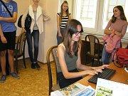 Jak vznikají noviny, kdo všechno se na jejich výrobě podílí nebo v čem je práce novináře těžká i krásná, o tom se mohli přesvědčit účastníci letošní Letní žurnalistické školy Karla Havlíčka Borovského.