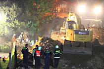Most se zřítil předloni pátého září. Přes okamžitý nástup záchranářů, kteří pracovali přes noc, zde zemřeli čtyři lidé. Památku obětí si jejich blízcí připomněli rok po neštěstí.