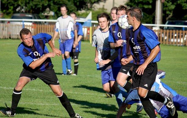 Hráči Herálce (v modrém) hráli s Pelhřimovem B