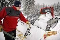V lyžaři nejvyhledávanější lokalitě na Vysočině se o projíždění stop starají lidé z mikroregionu Novoměstsko. Letos by zde chtěli udržovat na sto kilometrů tratí. Archivní foto.