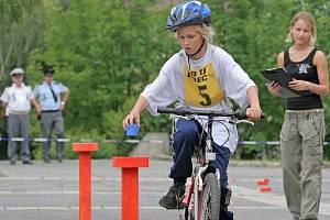 Přenést kelímek s vodou  z místa na místo, zastavit v přesně ohraničeném místě nebo slalom mezi hranoly, to všechno museli mladí zvládnout v jízdě zručnosti.