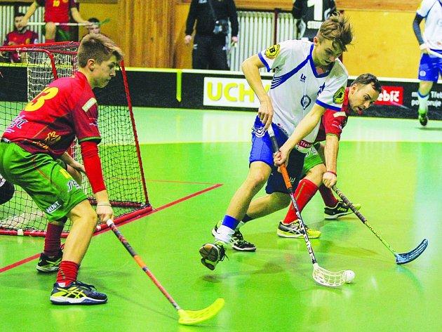 Florbalisté Třebíče (v bílém) první dva čtvrtfinálové duely na půdě Havířova nezvládli. Nezkušenost z první sezony v Národní lize se na nich projevila.