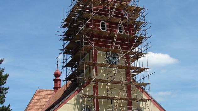 Lešení u věže kostela sv. Václava ve Světlé nad Sázavou.