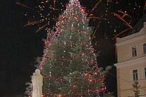 Hned po slavnostním rozsvícení vánočního stromu přítomné potěšil i nečekaný ohňostroj.
