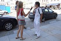 Kandidáti novinářského řemesla si v Havlíčkově Brodě zkoušejí práci přímo v terénu. Televizní štáb operoval například i na centrálním Havlíčkově náměstí.